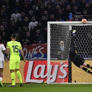 Barcelona joga melhor, domina o Lyon no segundo tempo, mas apenas empata
